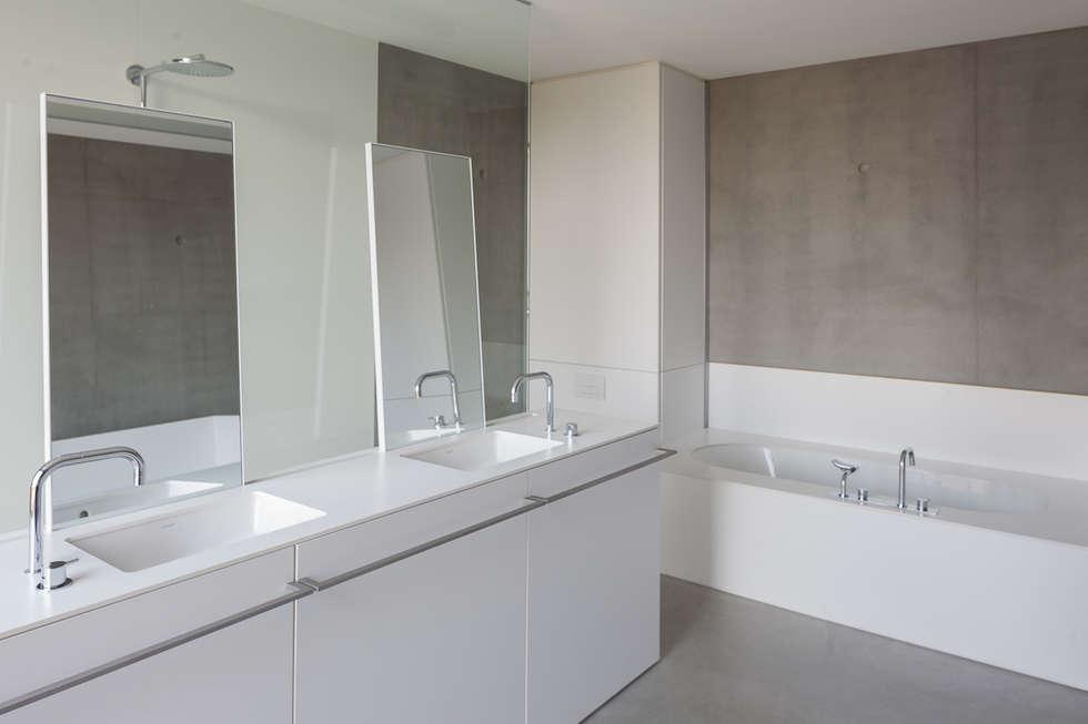 woning en kantoor volledig in ter plaatse gestort beton: minimalistische Badkamer door pluspunt architectuur