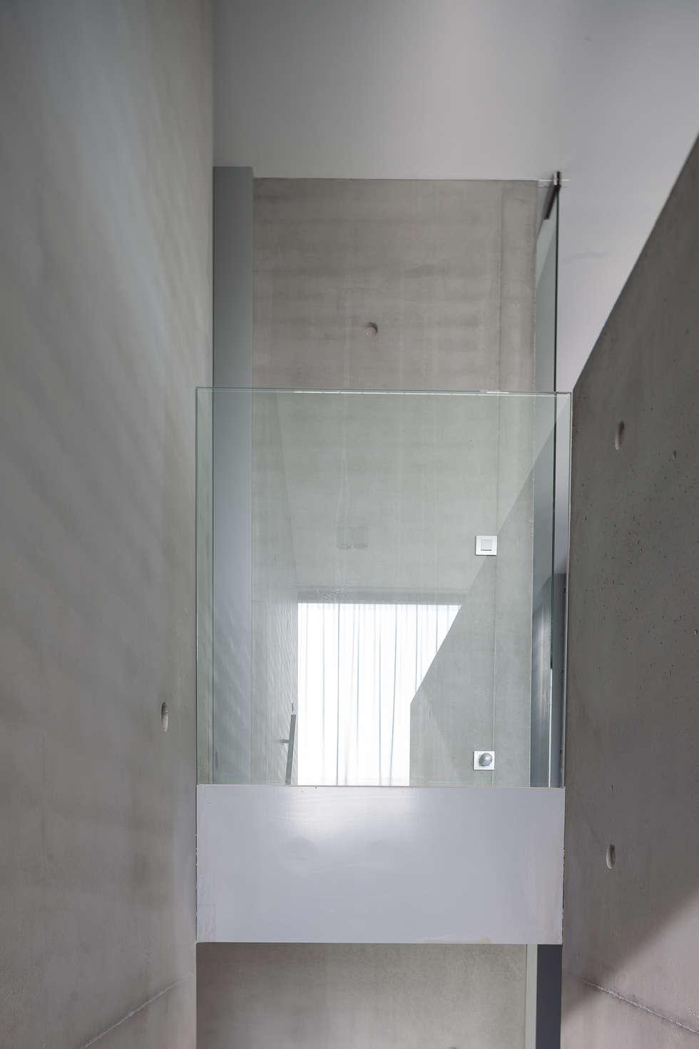 woning en kantoor volledig in ter plaatse gestort beton:  Gang en hal door pluspunt architectuur
