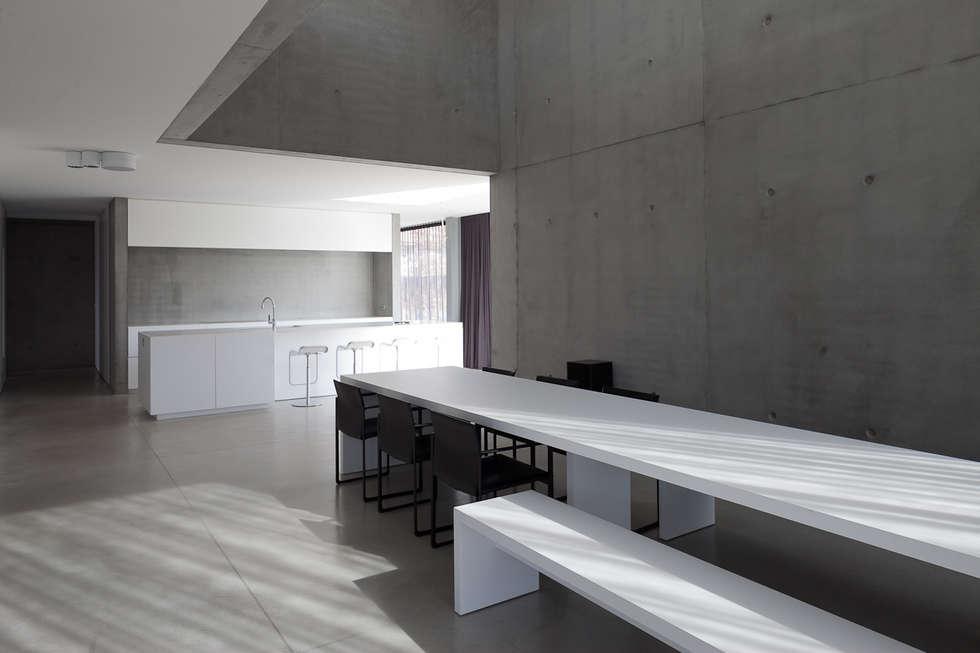 woning en kantoor volledig in ter plaatse gestort beton: minimalistische Eetkamer door pluspunt architectuur