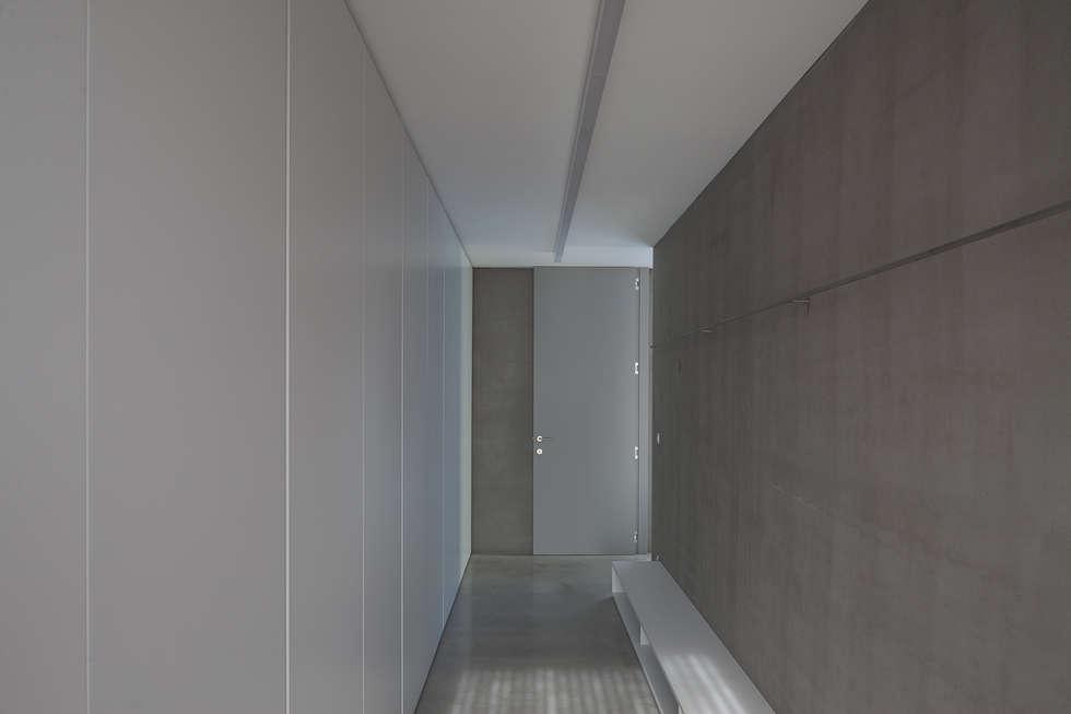 woning en kantoor volledig in ter plaatse gestort beton: minimalistische Kleedkamer door pluspunt architectuur