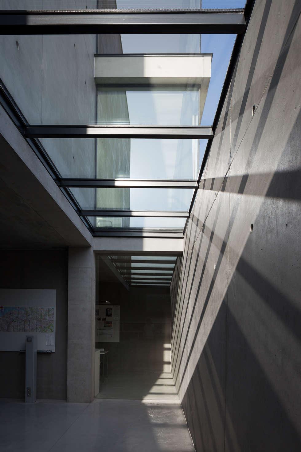 woning en kantoor volledig in ter plaatse gestort beton: minimalistische Studeerkamer/kantoor door pluspunt architectuur