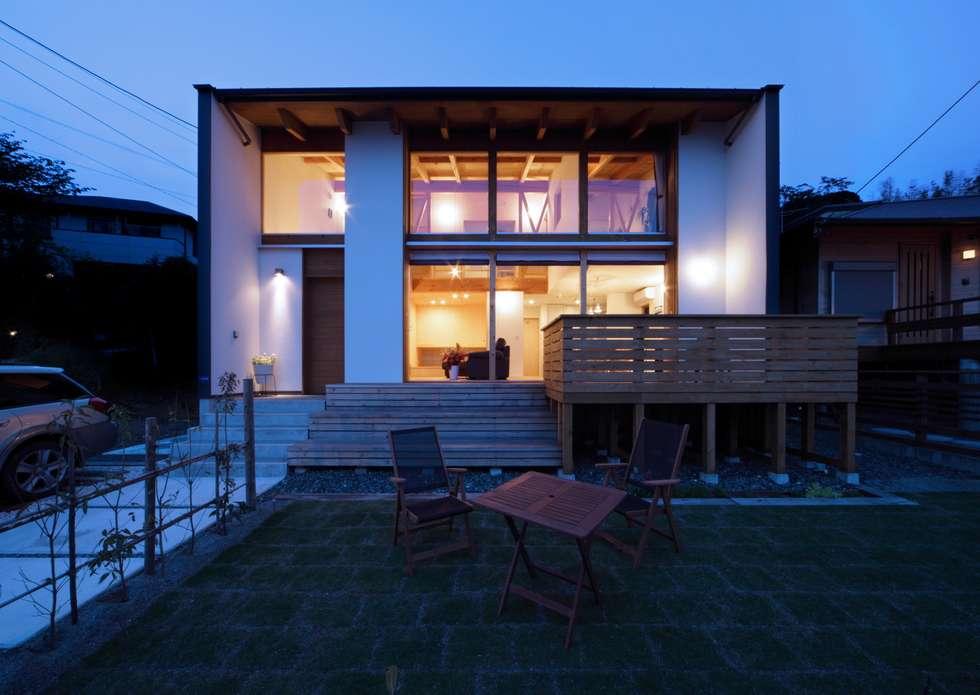 外観夜景: 久保田英之建築研究所が手掛けた家です。