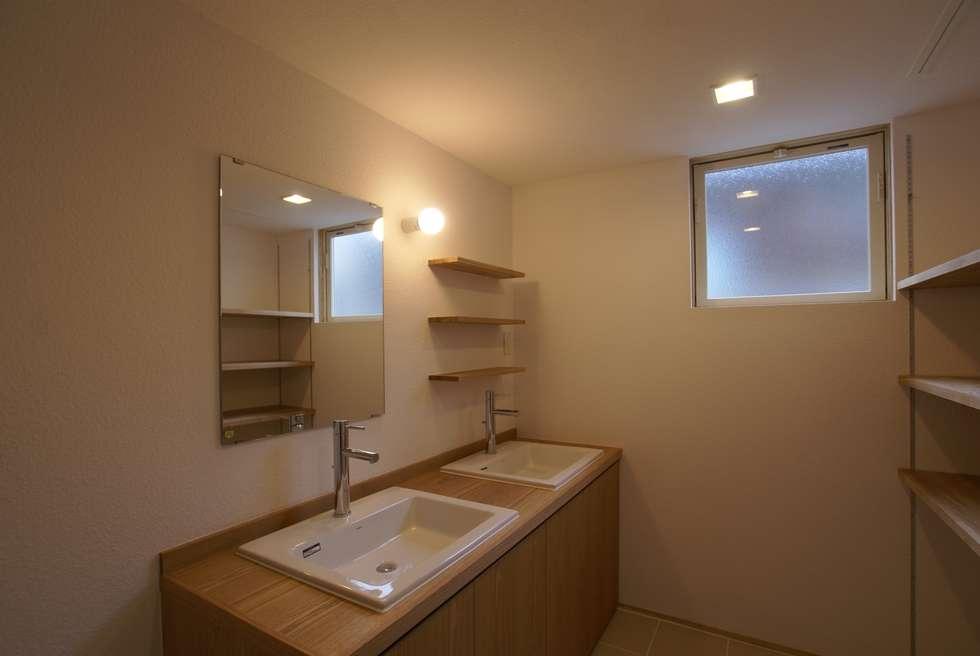 洗面脱衣室: 伊達剛建築設計事務所が手掛けた浴室です。