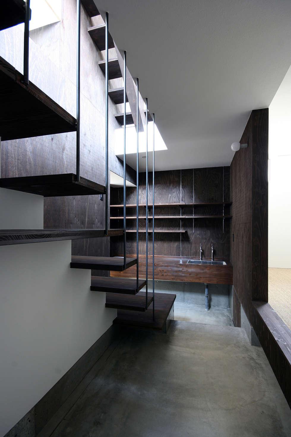 玄関・土間: 石塚和彦アトリエ一級建築士事務所が手掛けた廊下 & 玄関です。