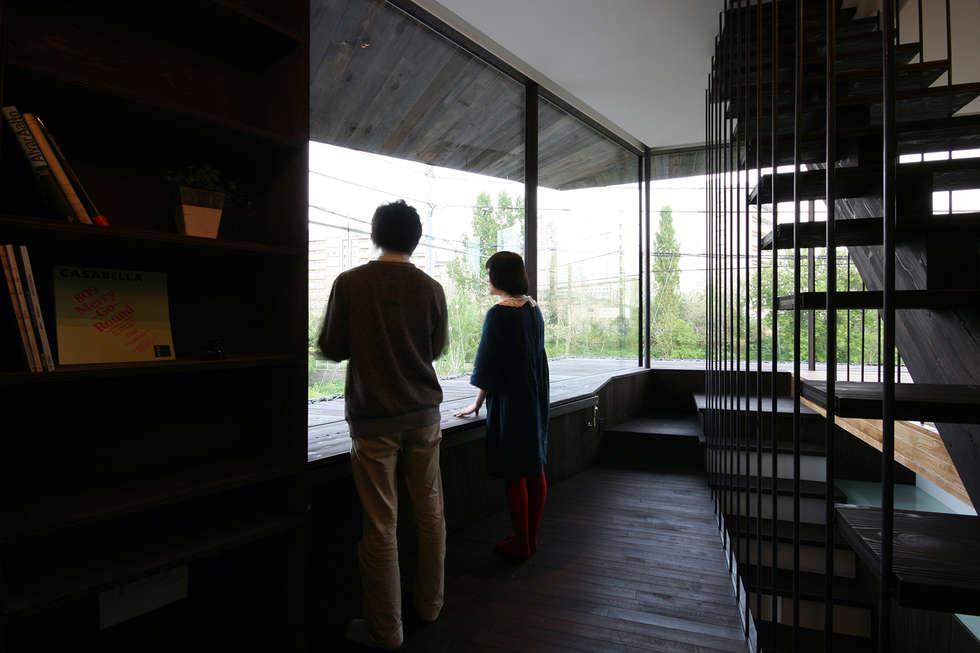 書斎2: 石塚和彦アトリエ一級建築士事務所が手掛けた廊下 & 玄関です。