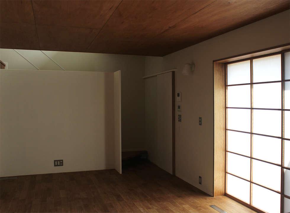 一里塚コートハウス: 竹内裕矢設計店が手掛けたリビングです。