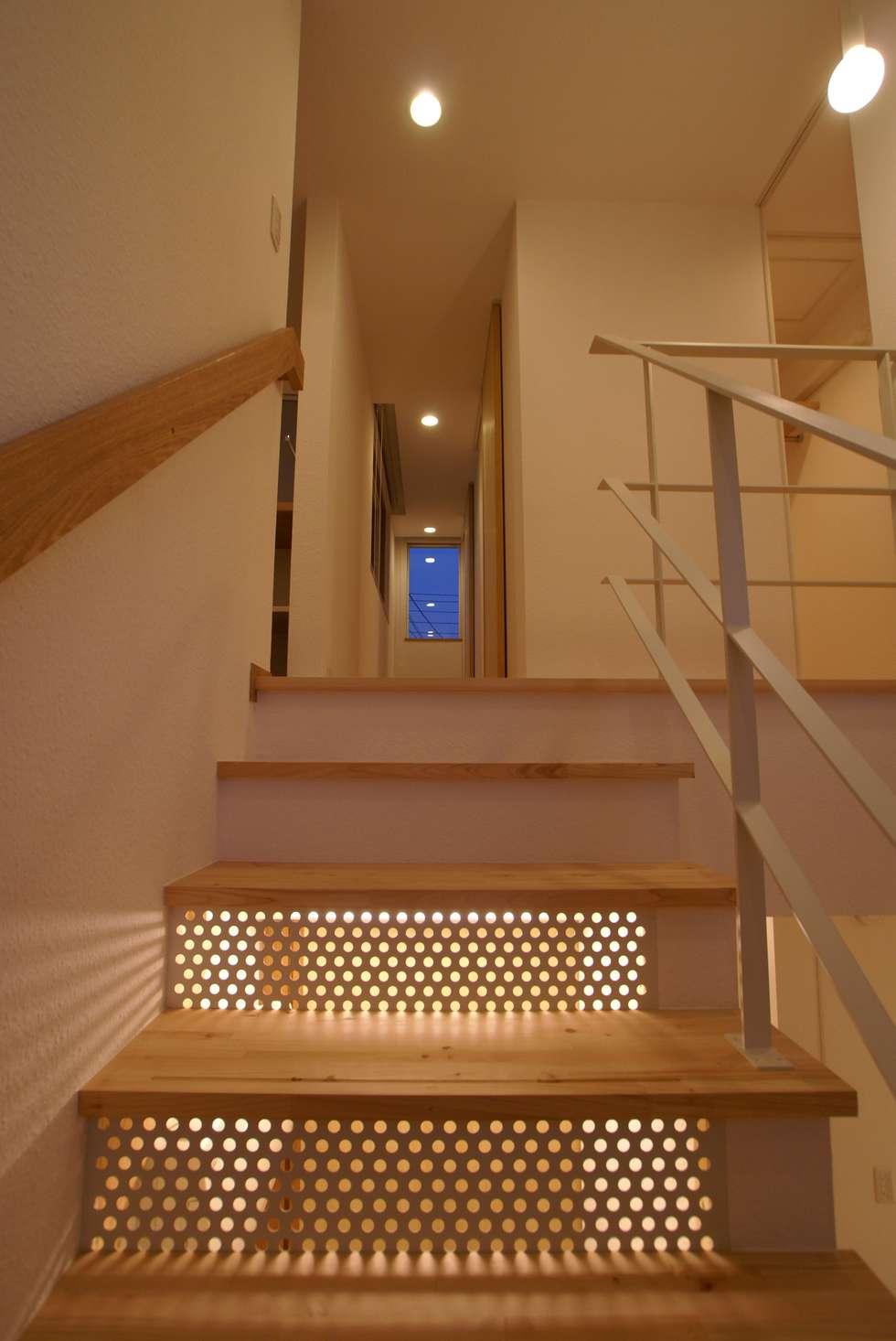 階段: 伊達剛建築設計事務所が手掛けた廊下 & 玄関です。