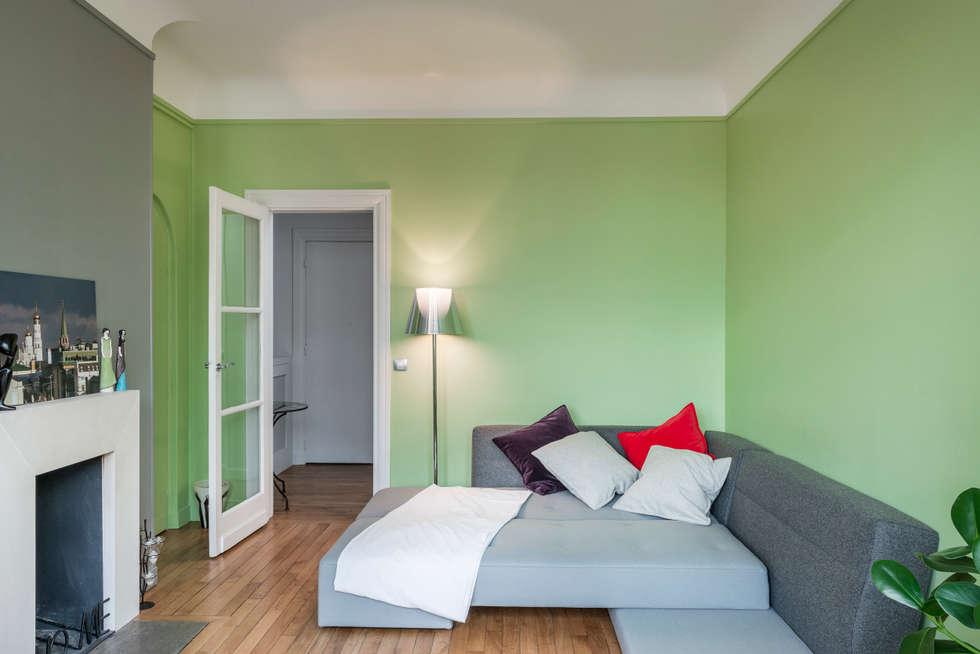 Salon avec canapé lit: Salon de style de style Moderne par Decorexpat