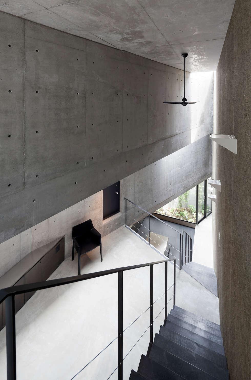 内観:吹抜け: プライム建築都市研究所が手掛けたリビングです。