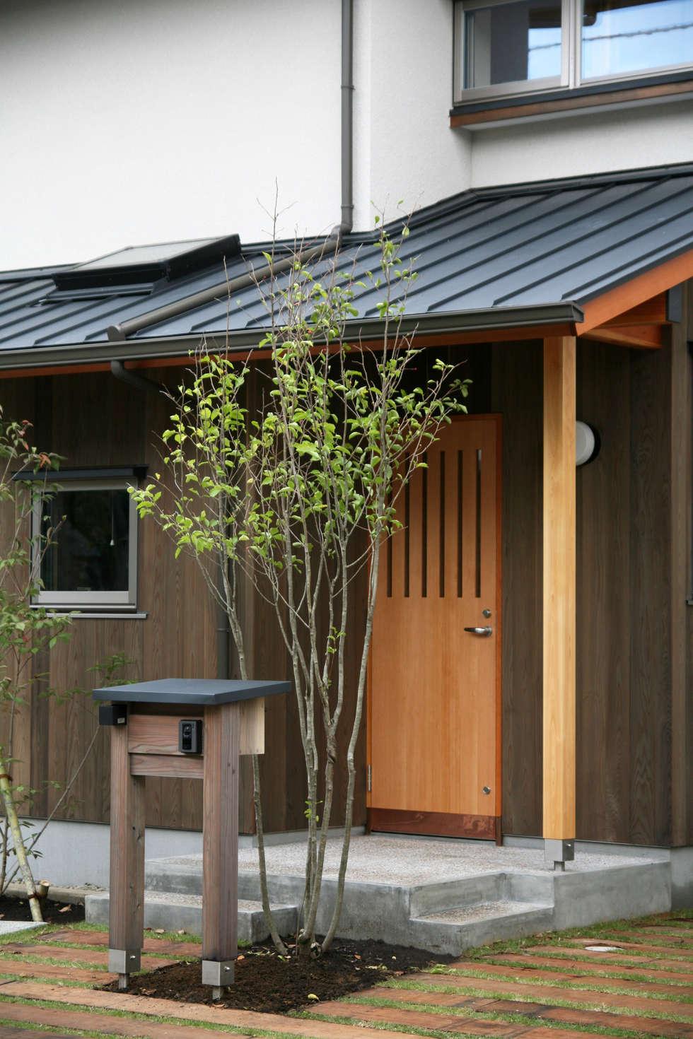 玄関ポーチ: 瀧田建築設計事務所が手掛けた家です。