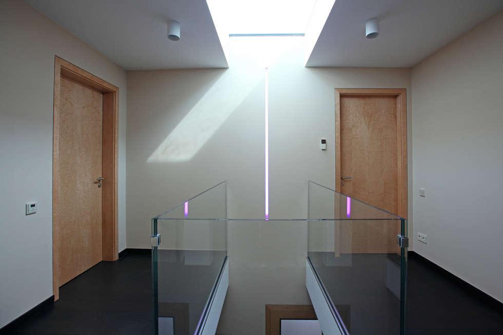 галерея на 2 ом этаже: Коридор и прихожая в . Автор – Архитектурное бюро Лены Гординой