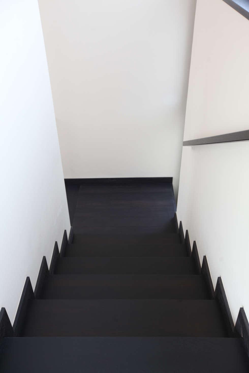 Лестница и перила: Коридор и прихожая в . Автор – Архитектурное бюро Лены Гординой