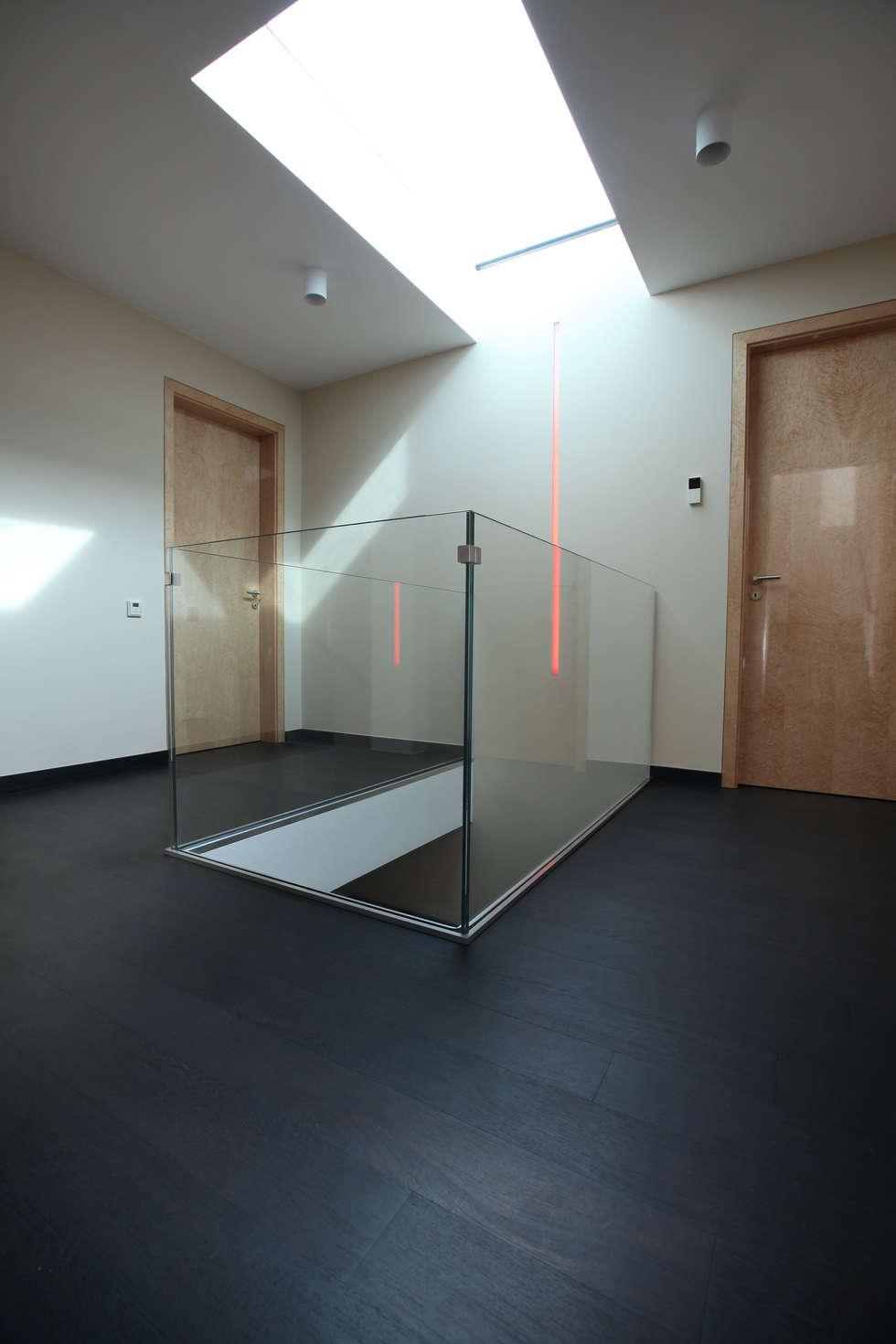 Галерея между спальнями на 2 ом этаже: Коридор и прихожая в . Автор – Архитектурное бюро Лены Гординой