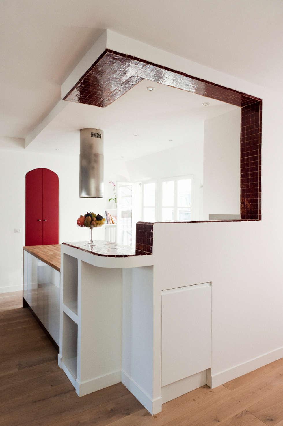 Cuisine ouverte et bar encadrant la vue: Cuisine de style de style Moderne par Ateliers Safouane