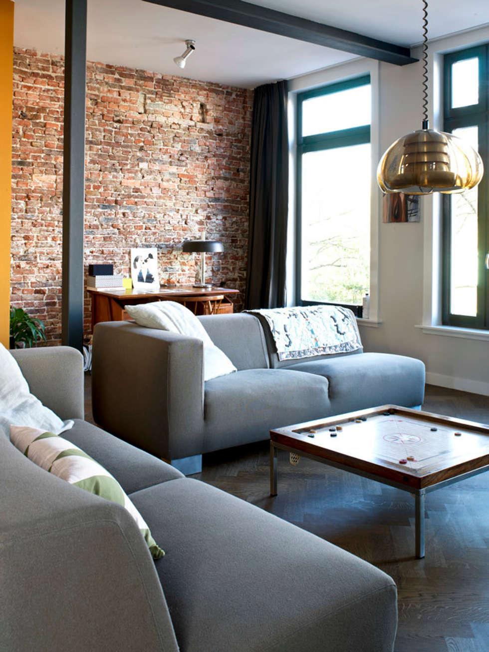 Vintage meubels in een open woonverdieping: industriële Woonkamer door StrandNL architectuur en interieur