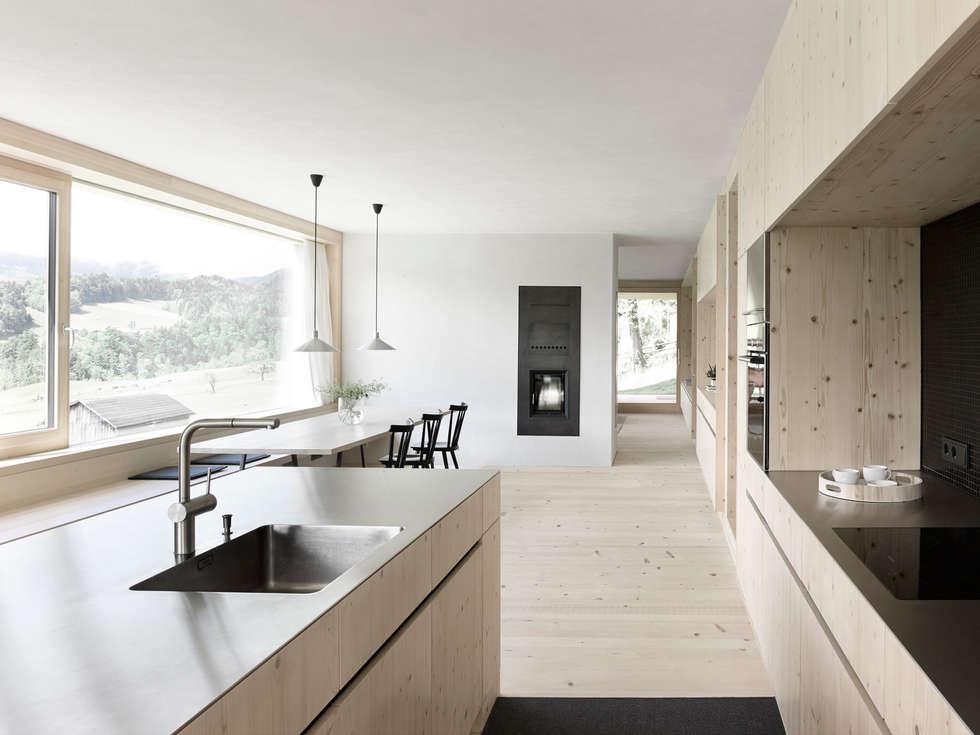 Haus Für Julia Und Björn: Moderne Küche Von Innauer Matt Architekten ZT GmbH