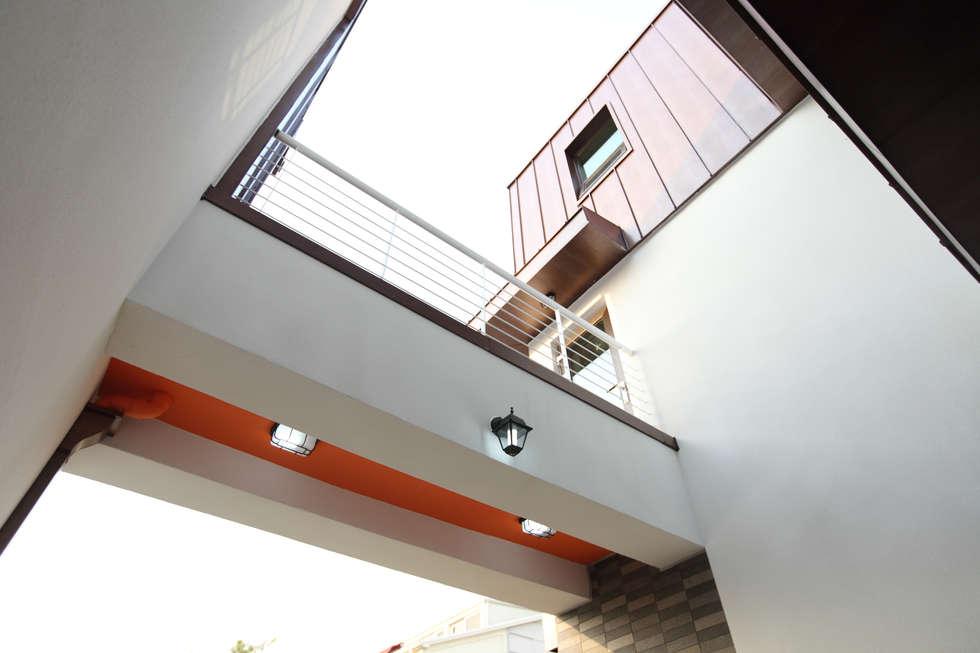 하남주택 2층 브릿지: 주택설계전문 디자인그룹 홈스타일토토의  베란다