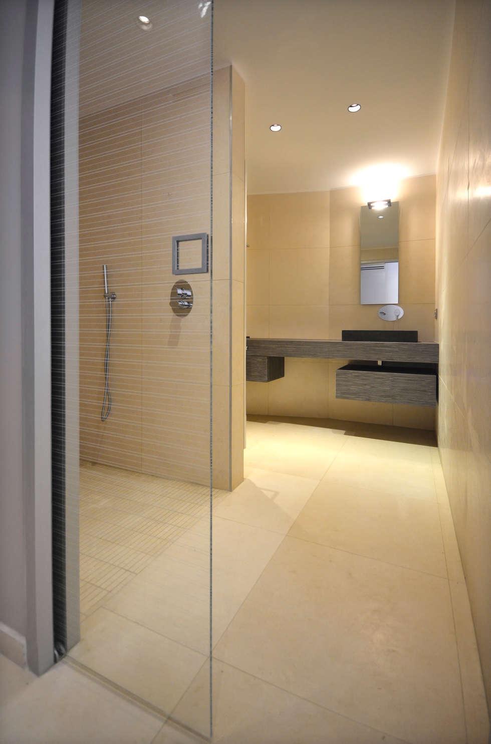 Salle de bains avec porte à galandage en verre: Salle de bains de style  par AGENCEMENT3D