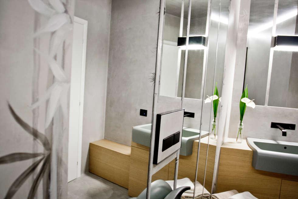 un bagno e il decoro artigianale...: Bagno in stile in stile Moderno di studio di progettazioni DARCHIMIRE
