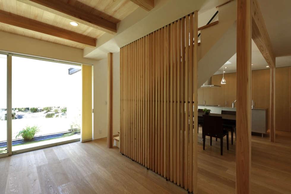キッチンの家 リビングからキッチン方向: アーキシップス古前建築設計事務所が手掛けたキッチンです。