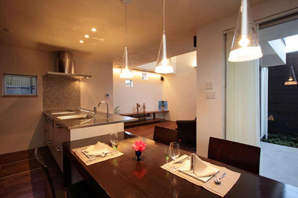 ファミリーポートレイト ダイニングキッチン: アーキシップス古前建築設計事務所が手掛けたキッチンです。