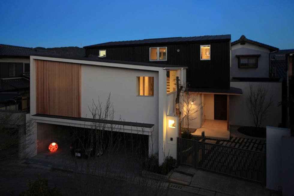 ファミリーポートレイト 全景夜景: アーキシップス古前建築設計事務所が手掛けた家です。