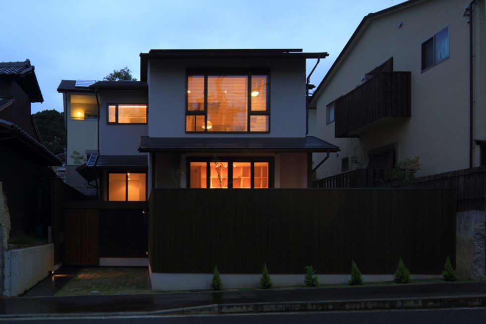 湖風の家 全景夕景: アーキシップス古前建築設計事務所が手掛けた家です。