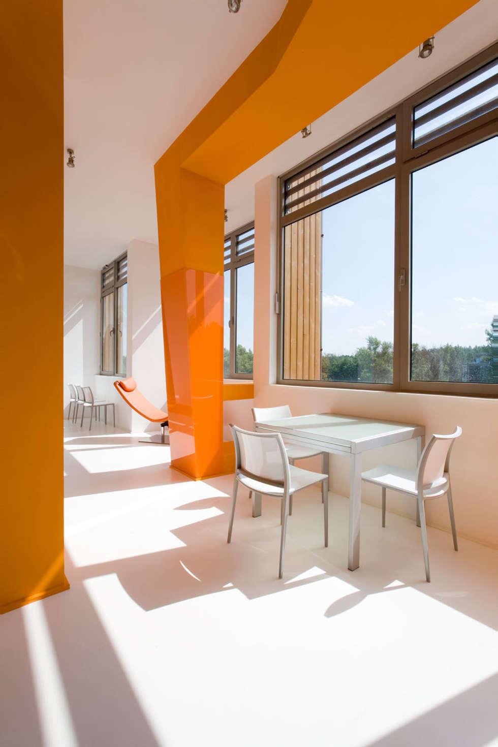 Фото современной оранжевой квартиры.