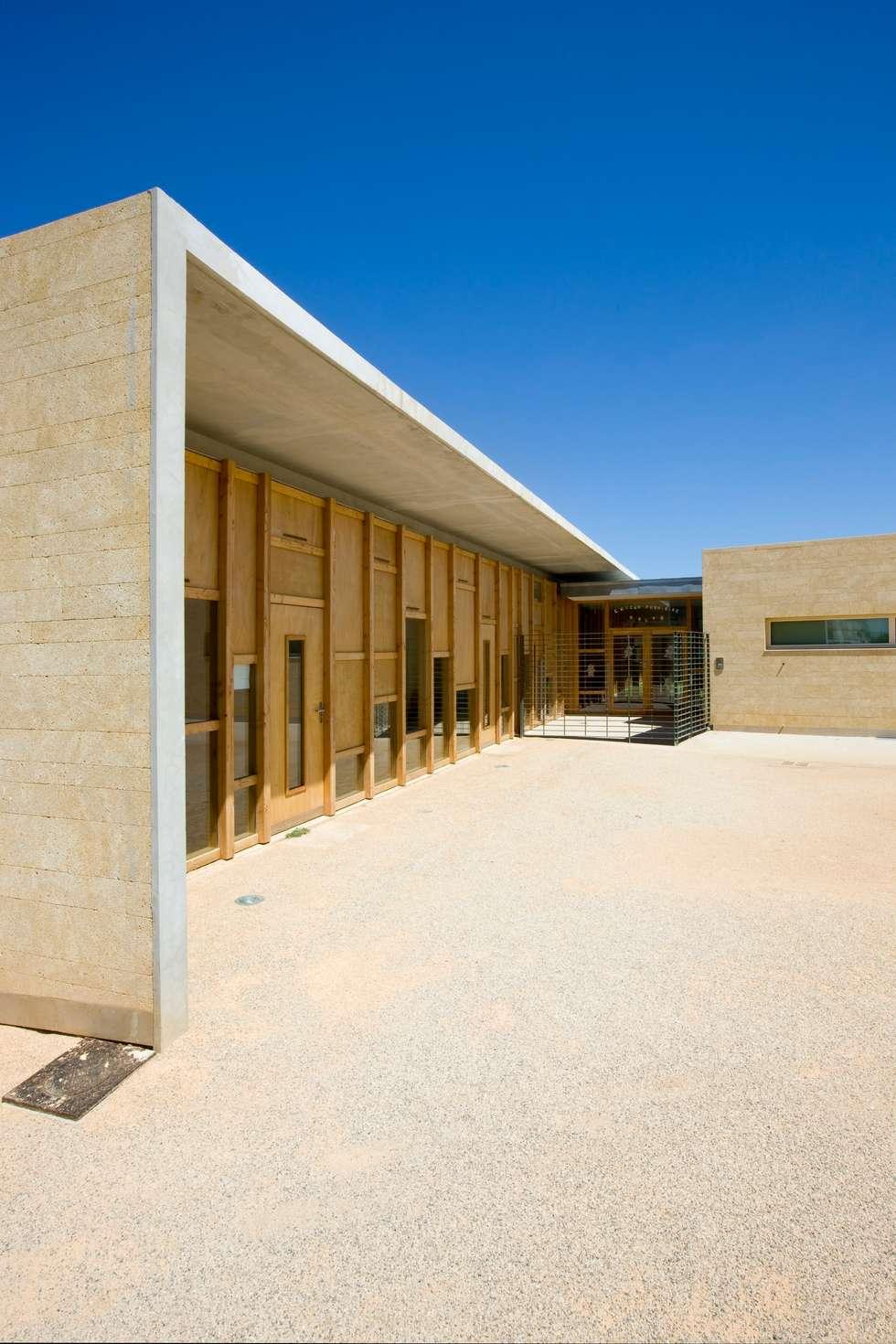 Maison de l'enfance HQE à Peyrolles en Provence: Murs de style  par Adrien Champsaur Architecture