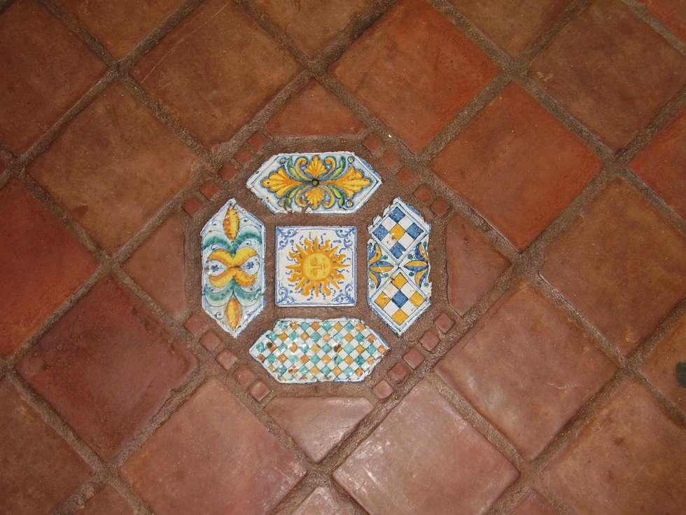 particolare cotto smaltato: Cucina in stile in stile Mediterraneo di Il mosaico sas & co di salem mohsen