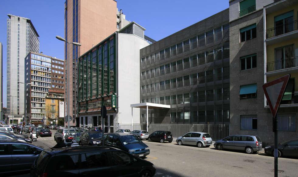 Foto facciata su via Cornalia: Ingresso & Corridoio in stile  di Studio di Architettura Fabio Nonis