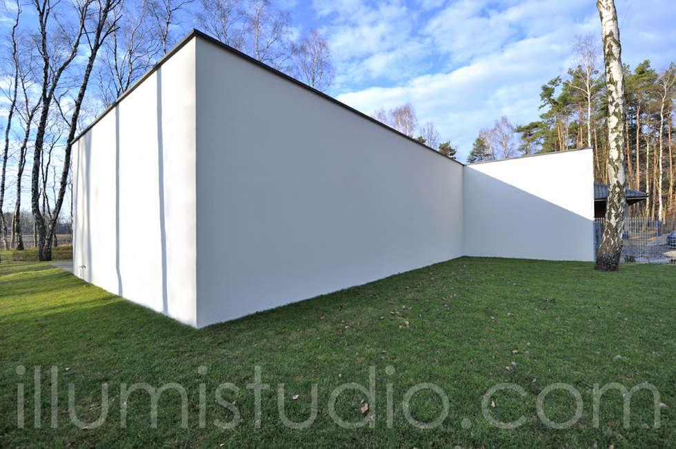 DOM JEDNORODZINNY PARTEROWY: styl minimalistyczne, w kategorii Domy zaprojektowany przez ILLUMISTUDIO
