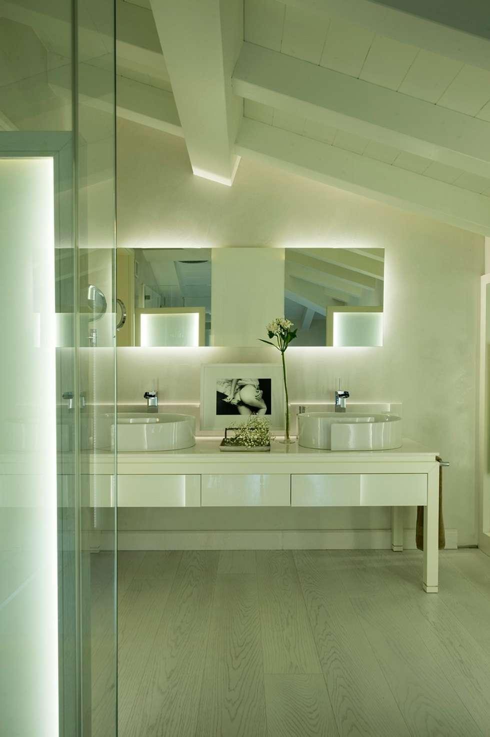 Bagno padronale bagno in stile in stile moderno di studio - Bagno padronale moderno ...