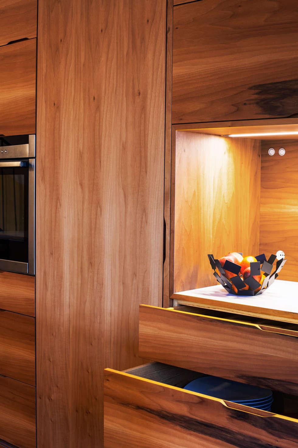 La porte qui donne vers le cellier est intégrée: Cuisine de style de style Minimaliste par Charlotte Raynaud Studio