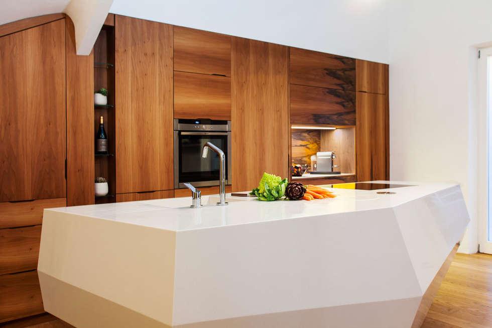 Cuisine sur mesure en noyer et îlot central: Cuisine de style de style Moderne par Charlotte Raynaud Studio