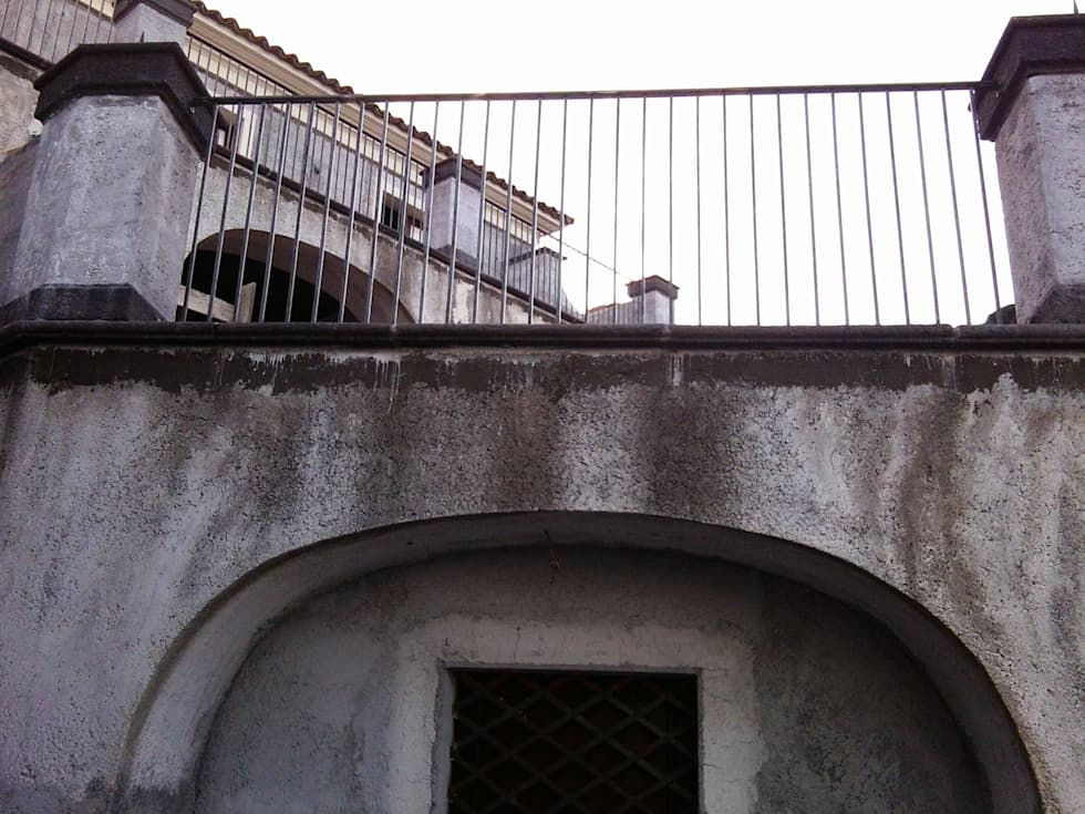 ferro battuto: Case in stile in stile Mediterraneo di Antonio Torrisi
