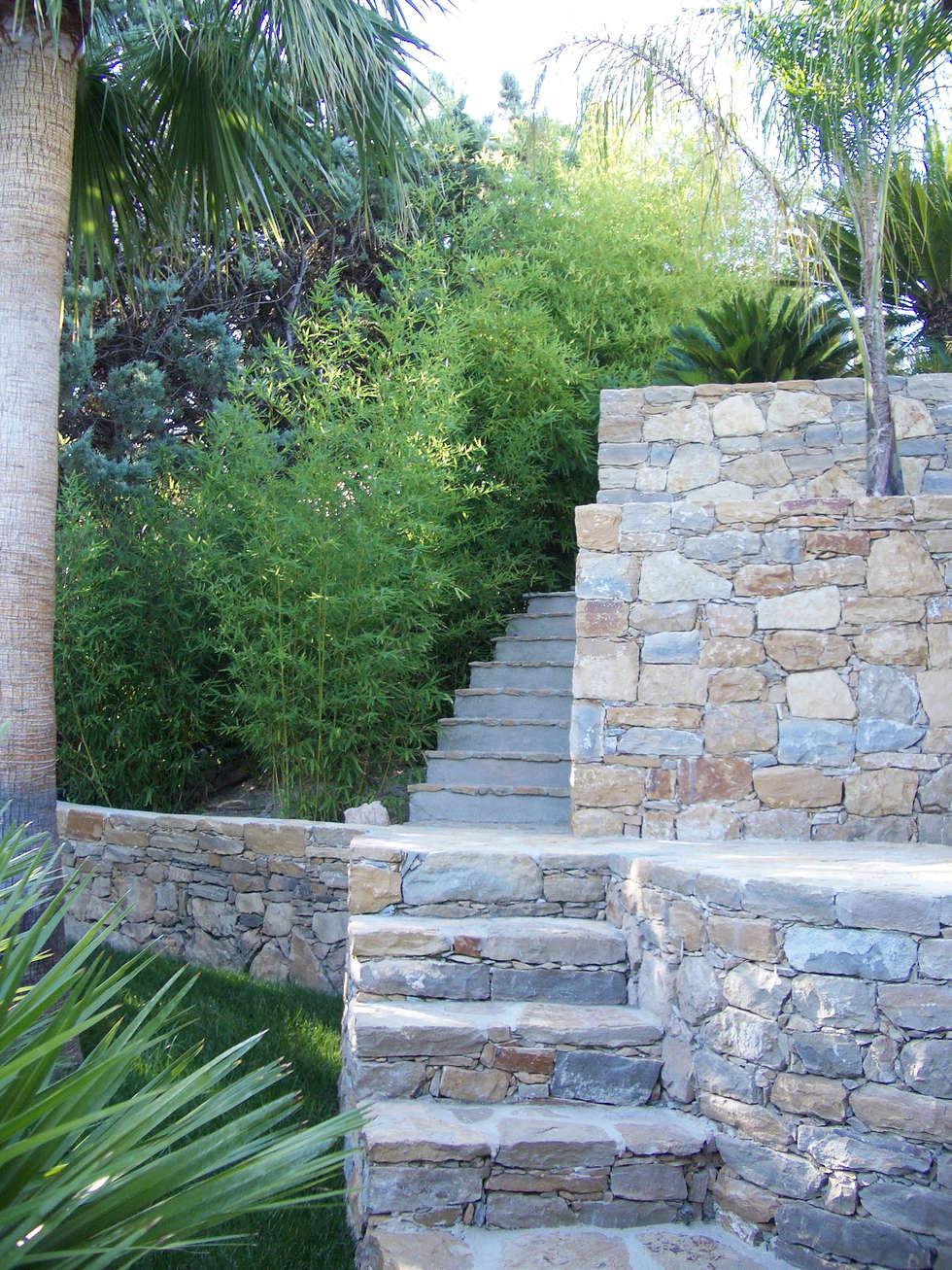 Des escaliers en pierre: Couloir et hall d'entrée de style  par Vanessa Cottin