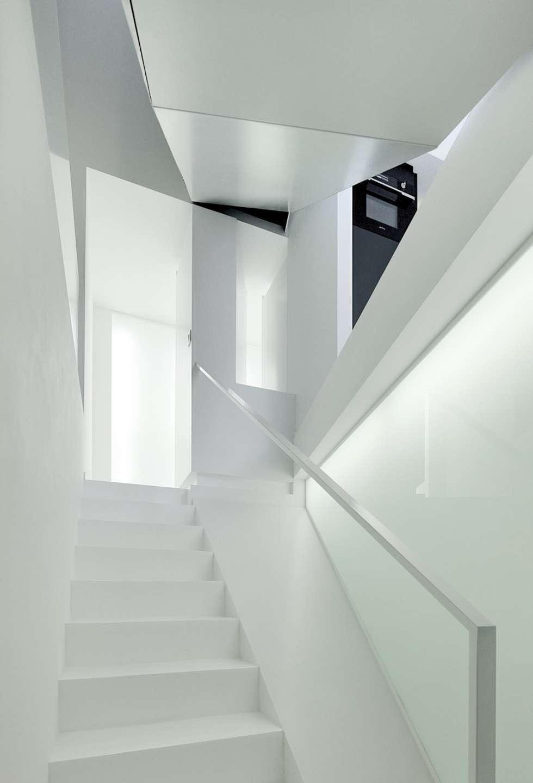 Escalier: Couloir et hall d'entrée de style  par o2-architectes