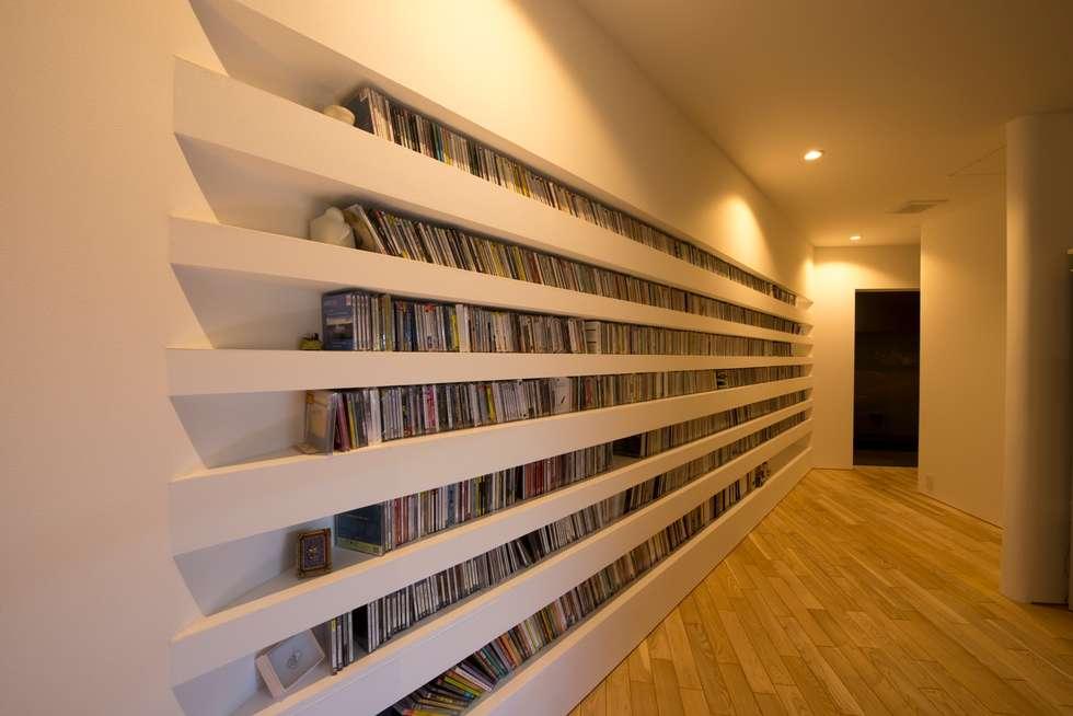 HMN residence 06: 浅香建築設計事務所 asaka architectural designが手掛けたリビングです。