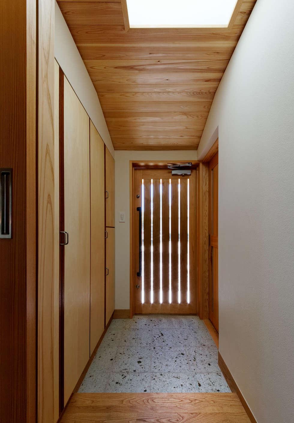 玄関: 磯村建築設計事務所が手掛けた廊下 & 玄関です。