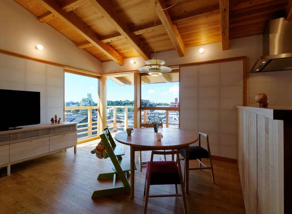 リビングダイニング: 磯村建築設計事務所が手掛けたダイニングです。
