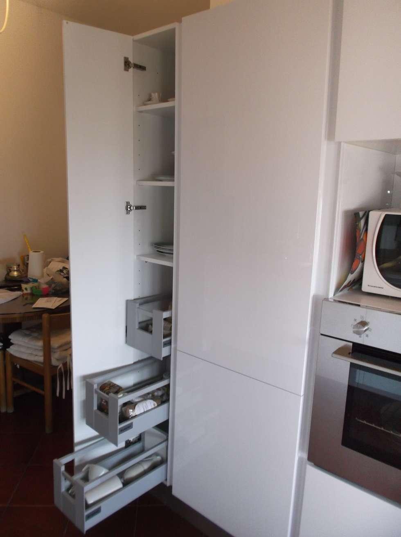 TOTAL WHITE KITCHEN WITH A LARGE MIRROR. : Cucina in stile in stile Moderno di Idea d' Interni Arredamenti