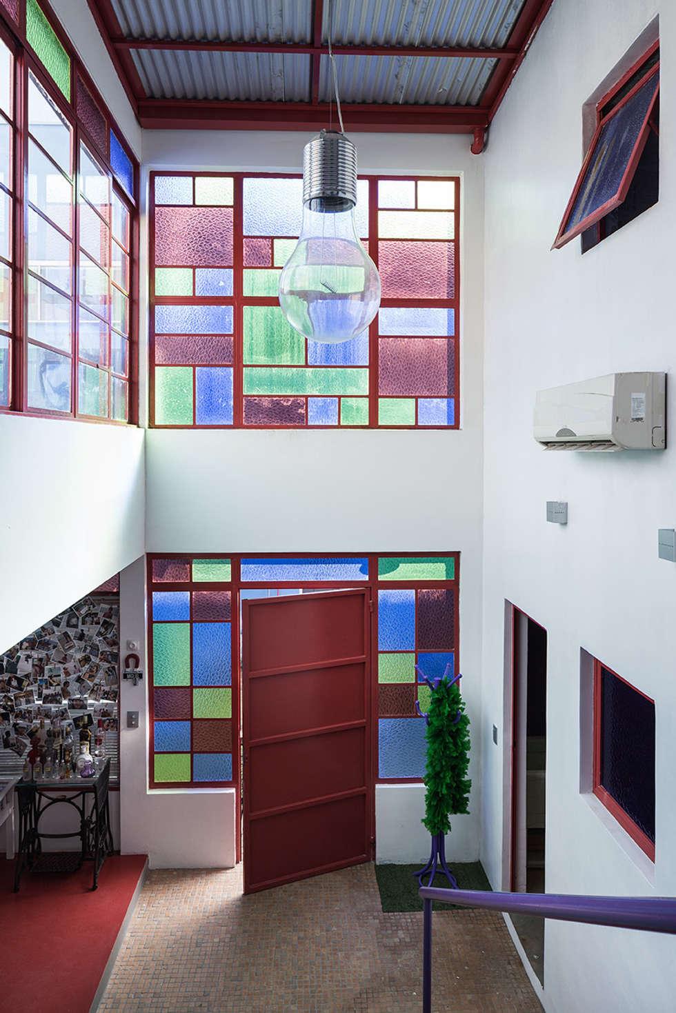 Acesso casa e circulação: Corredores e halls de entrada  por Blacher Arquitetura