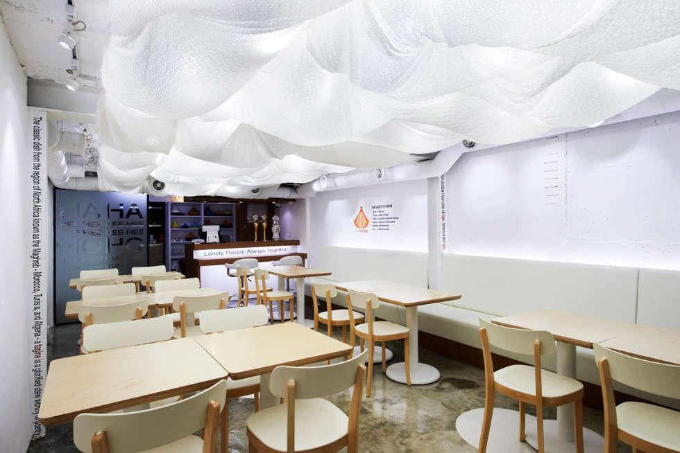 천천히 흐르는 듯한 여유로운 구름: Design m4의  레스토랑