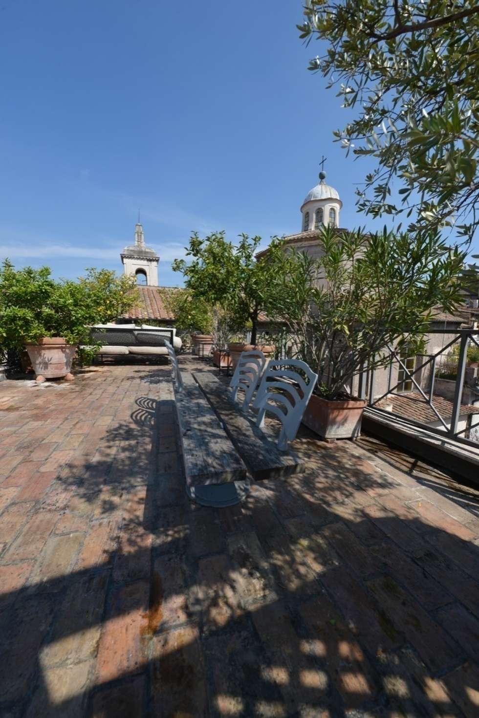 Un giardino sui tetti di Roma: Terrazza in stile  di Studio Fori