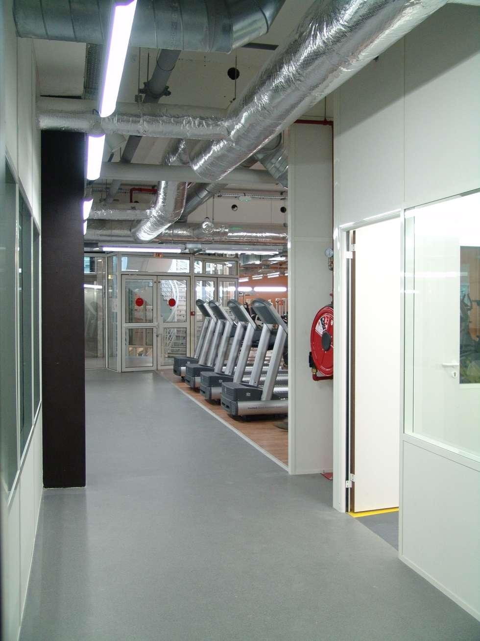 accès aux vestiaires: Locaux commerciaux & Magasins de style  par Carabox SARL