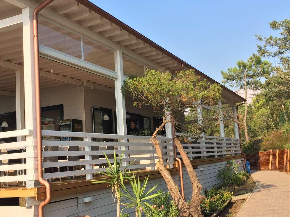 La veranda abitabile con sole o pioggia: Bar & Club in stile  di VIVERE IL FUORI
