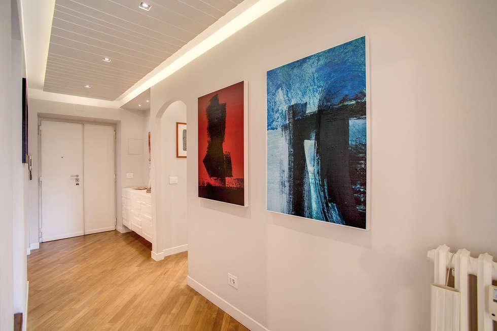 BORGHESE: Ingresso & Corridoio in stile  di MOB ARCHITECTS