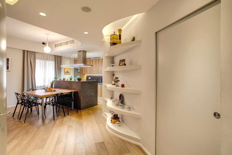 VEGEZIO: Ingresso & Corridoio in stile  di MOB ARCHITECTS