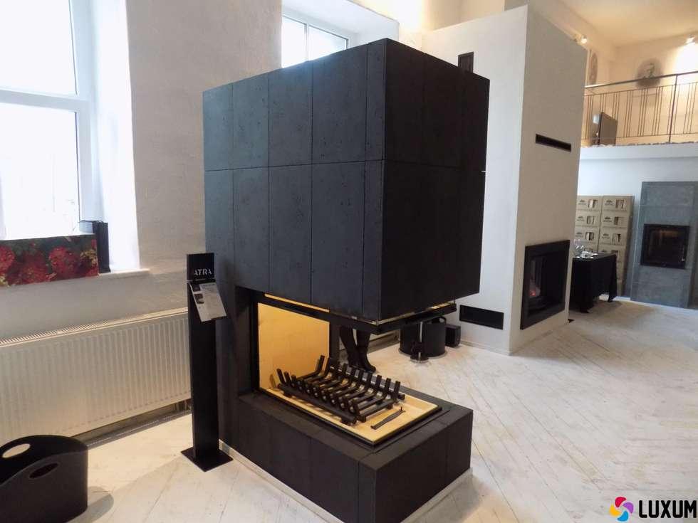 Komienek z betonu architektonicznego: styl , w kategorii Salon zaprojektowany przez Luxum